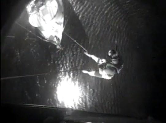 Akcja ratunkowa na pełnym morzu /Amerykańska straż przybrzeżna /facebook.com