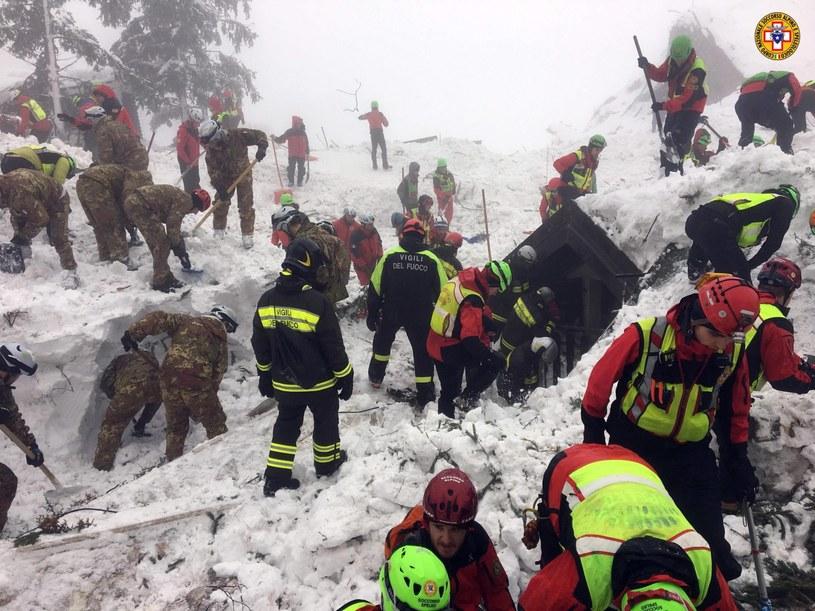 Akcja ratunkowa w pobliżu zasypanego hotelu /PAP/EPA