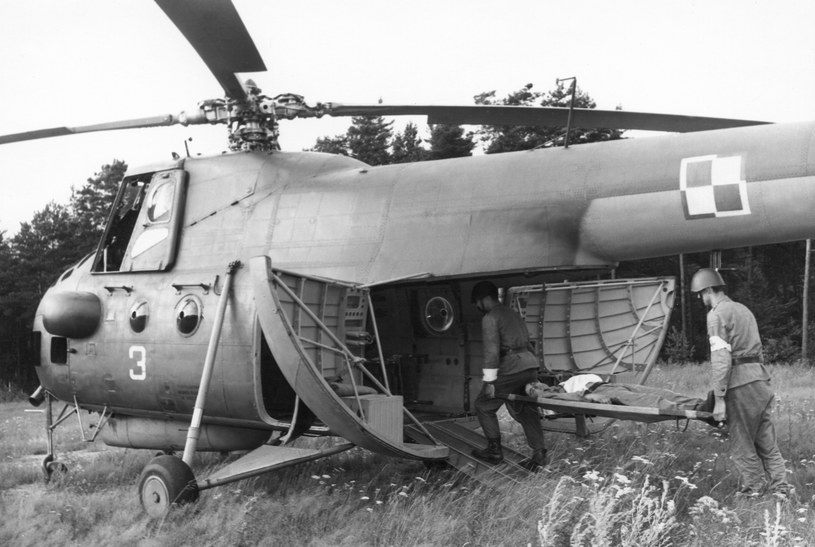 Akcja ratunkowa z udziałem Mi-4 /Wacław Hołyś /INTERIA.PL