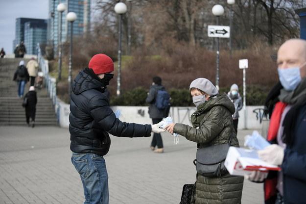 Akcja rozdawania maseczek ochronnych mieszkańcom Warszawy na placu przed wejściami na stację Metro Centrum / Marcin Obara  /PAP
