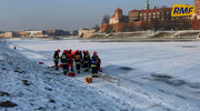Akcja strażaków na Wiśle w Krakowie. Pod mężczyzną załamał się lód