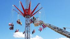Akcja strażaków w parku rozrywki. 13 osób utknęło na karuzeli 10 metrów nad ziemią