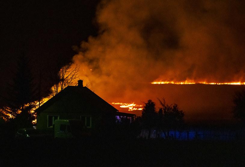 Akcja straży pożarnej jest trudna ze względu na ukształtowanie terenu /MICHAL KOSC /Agencja FORUM