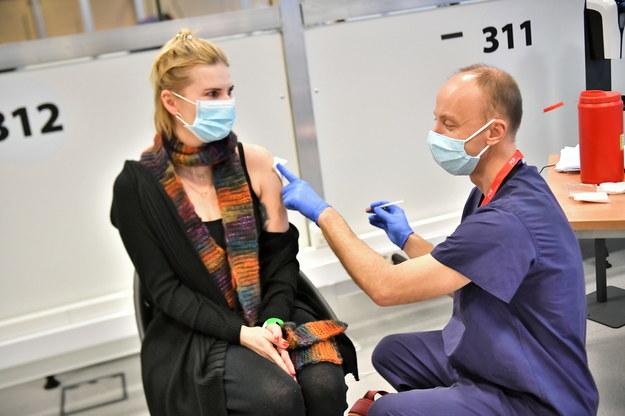 Akcja szczepień medyków w szpitalu tymczasowym na Stadionie Narodowym w Warszawie /Andrzej Lange /PAP