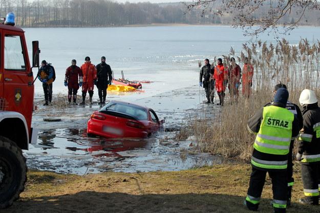 Akcja wydobycia z jeziora Tejstymy samochodu, pod którym załamał się lód /Tomasz Waszczuk /PAP