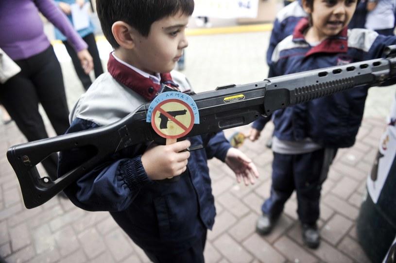 Akcje przeciw zabawkom imitującym broń prowadzone są w Ameryce Łacińskiej od dawna /AFP