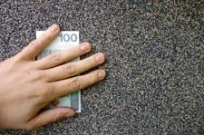 Akt oskarżenia ws. korupcji w skarbówce; chodzi m.in. o luksusowe auta
