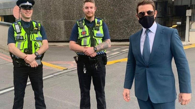 Aktor pozujący z policjantami /British Transport Police /INTERIA.PL