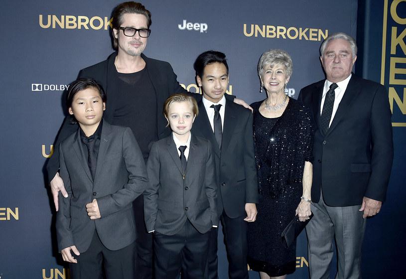 Aktor z trójką starszych dzieci i rodzicami na premierze /Frazer Harrison /Getty Images