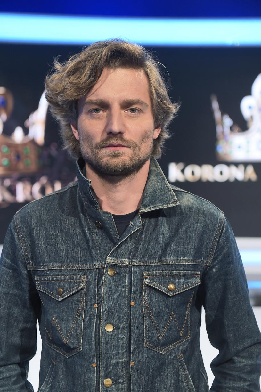 Aktor zapuścił włosy na potrzeby serialu /Gałązka /AKPA