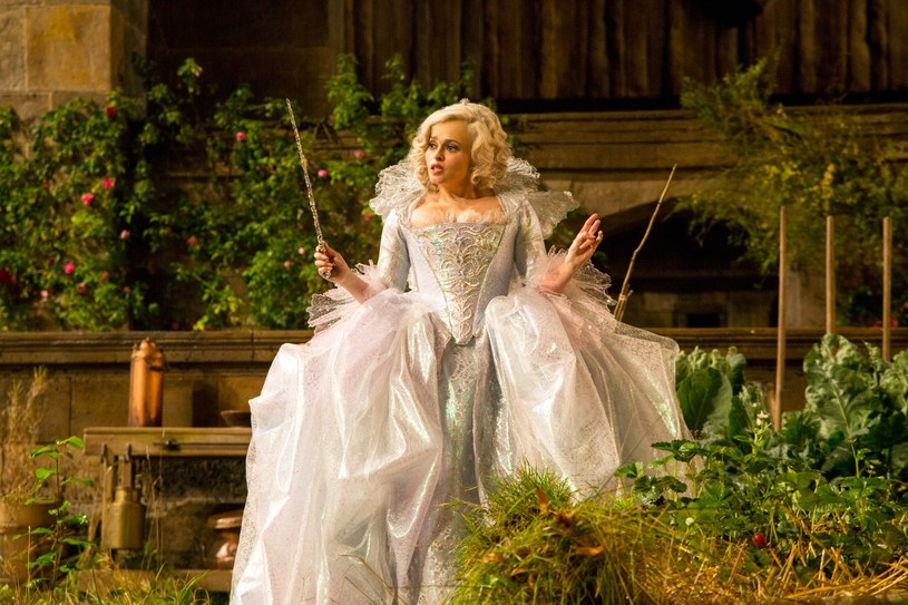 """Aktorka doskonale sprawda się we wszelkiego typu rolach kostiumowych. Na zdjęciu w """"Kopciuszku"""" Kennetha Branagha /materiały prasowe"""