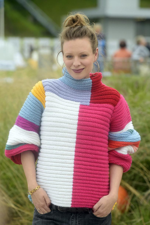 Aktorka przez lata  eksperymentowała zmodą, zrzadka  zaliczając wpadki, lecz z czasem wypracowała sobie własny styl. Gdy pojawia się na czerwonym dywanie zachwyca, ale na co dzień wybiera dżinsy, skórzane kurtki oraz ponadczasową dzianinę, jak ten bajecznie kolorowy sweter. Idealnie! /AKPA