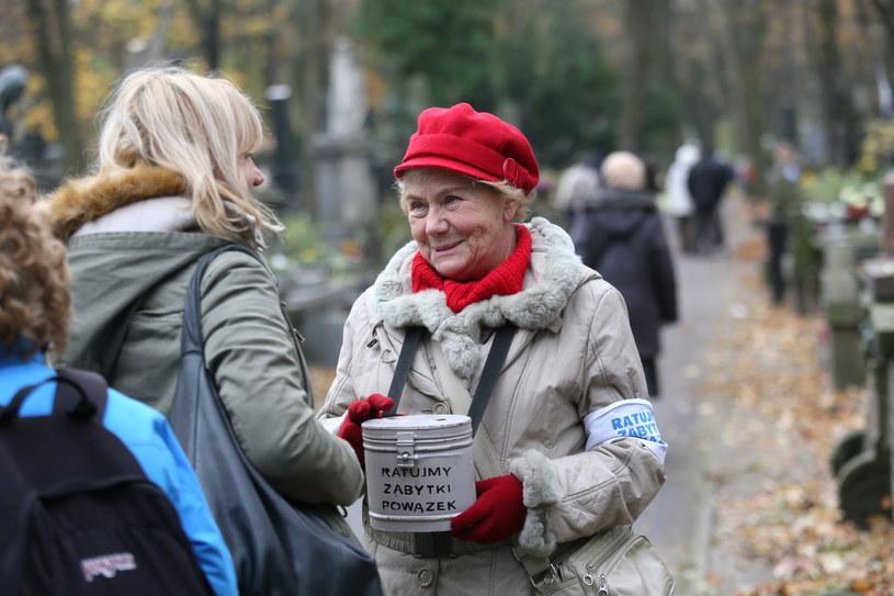 Aktorka Teresa Lipowska kwestuje na Powązkach w Warszawie w dzień Wszystkich Świętych /Leszek Szymański /PAP/EPA