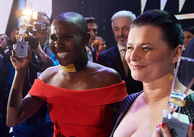 """Aktorki Eliane Umuhire (L) i Jowita Budnik (P) z nagrodą za pierwszoplanowe role kobiece w filmie """"Ptaki śpiewają w Kigali"""" /Adam Warżawa /PAP"""