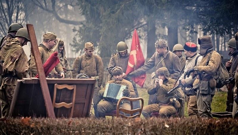 """Aktorzy na planie """"Kamerdynera"""" /Rafał Pijański / Filmicon /Materiały prasowe"""