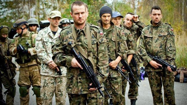 Aktorzy na szkoleniu wojskowym, ana pierwszym planie Paweł Małaszyński /materiały prasowe