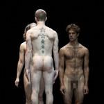 """Aktorzy nago na scenie w sztuce """"The Modesty of Icebergs"""""""