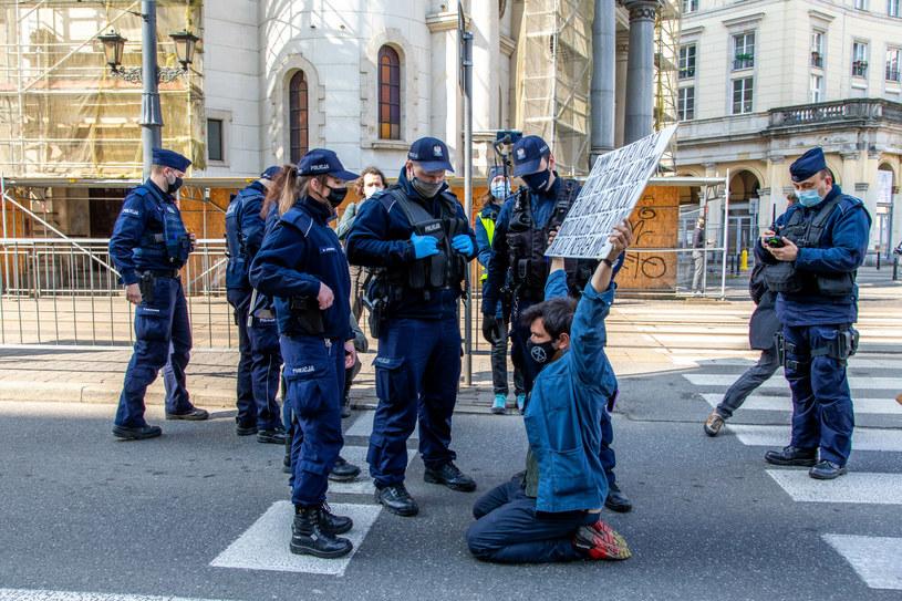Aktywiści Extinction Rebellion organizowali wiosną tzw. samotne blokady na ulicach Warszawy /Katarzyna Pierzchała  /East News