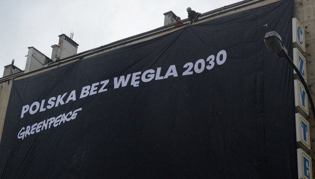 Aktywiści Greenpeace na siedzibie PO przy Wiejskiej w Warszawie. / Jakub Kamiński    /PAP