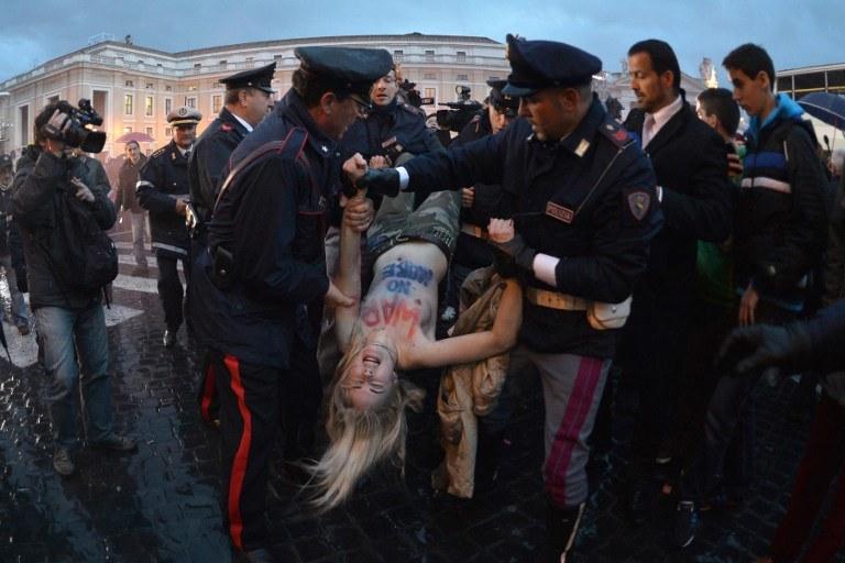 Aktywistki Femen zostały zatrzymane przez policję /AFP