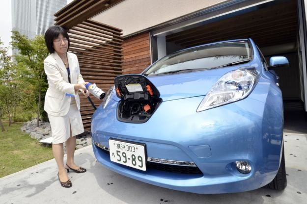 Akumulatory Nissana Leaf pozwolą na 2 dniowe zasilenie całego domu /AFP