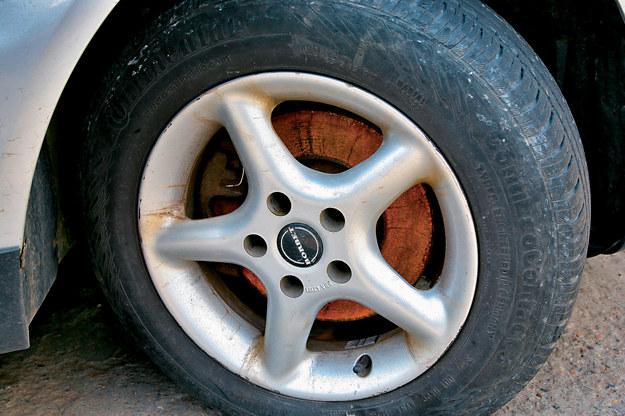 Akurat ten ślad nie świadczy źle o aucie. Wskazuje jedynie na fakt, że samochodem przez pewien czas nikt nie jeździł. /Motor