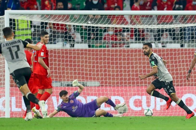 Al-Ahly strzela gola drużynie Al-Duhail w Klubowych Mistrzostwach Świata /KARIM JAAFAR  /AFP