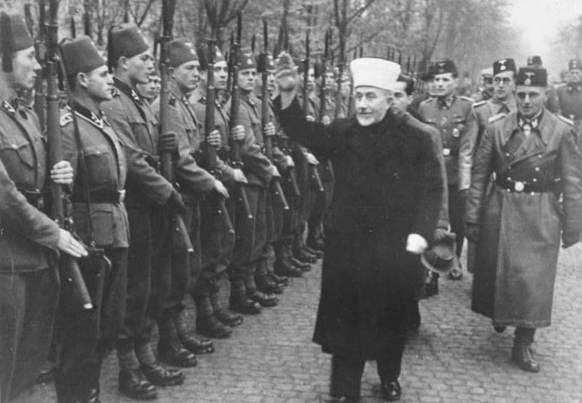 """Al-Husajni przed frontem muzułmańskiej 13 Dywizji Górskiej SS """"Handschar"""" /Bundesarchiv /domena publiczna"""
