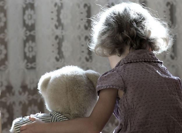 """""""Ala: Dziecko się boi, że mama odejdzie. Ja wciąż czułam strach. Kiedy mama wychodziła z domu, chciałam z nią iść. Ona nie mogła mi powiedzieć, dokąd ani po co idzie. Raz zaczęłam ją łapać za płaszcz, strasznie płakałam. Zbiła mnie. W dzisiejszych czasach to by się nazywało przemoc wobec dzieci, ale to była sprawa życia i śmierci. Miałam jakieś cztery lata. Nauczyła mnie, że jak ona wychodzi z domu, mogę stać w oknie, mogę nawet płakać, mogą mi lecieć łzy, byle po cichu""""; Zdjęcie ilustracyjne /123RF/PICSEL"""