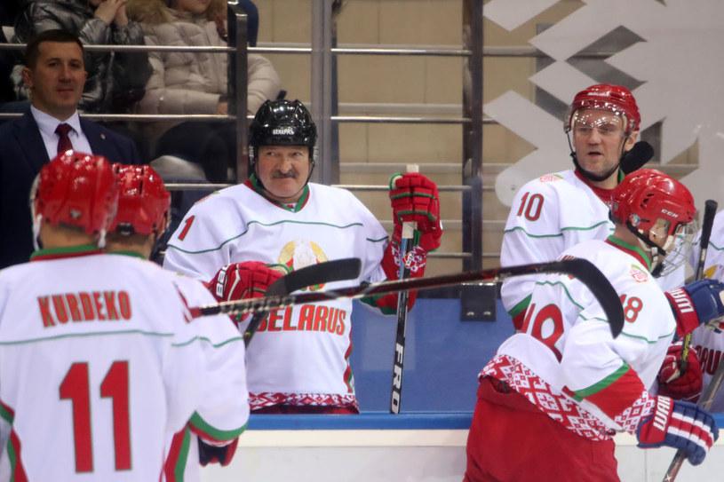 Alaksandr Łukaszenka (na środku) w bluzie hokejowej reprezentacji Białorusi /Getty Images /Getty Images