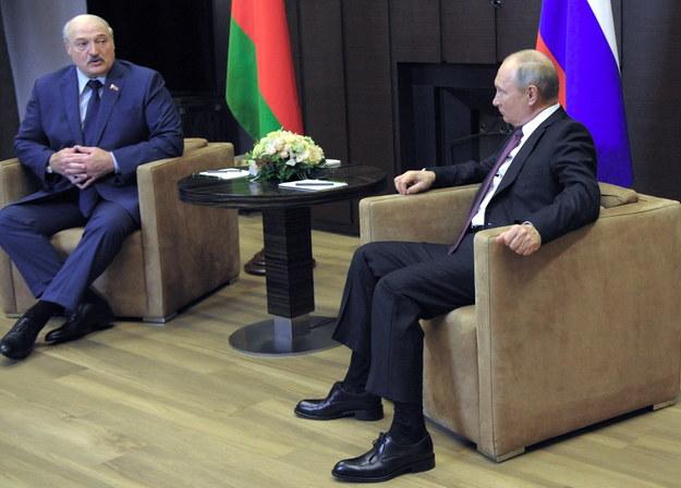 Alaksandr Łukaszenka podczas spotkania z prezydentem Rosji Władimirem Putinem w Soczi /MIKHAEL KLIMENTYEV/SPUTNIK/KREMLIN POOL /PAP/EPA