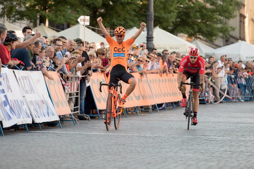 Alan Banaszek z CCC Sprandi Polkowice (L) wygrał kolarskie kryterium o Złoty Pierścień Krakowa /Stanisław Rozpędzik /PAP