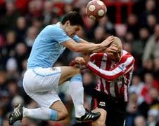 Alan Hutton z Sunderlandu taranowany przez Garetha Barry'ego