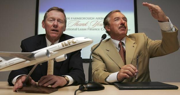 Alan Mulally i Steven F. Udvar-Hazy, sprzedaż ILFC jest późną konsekwencją kryzysu finansowego /AFP