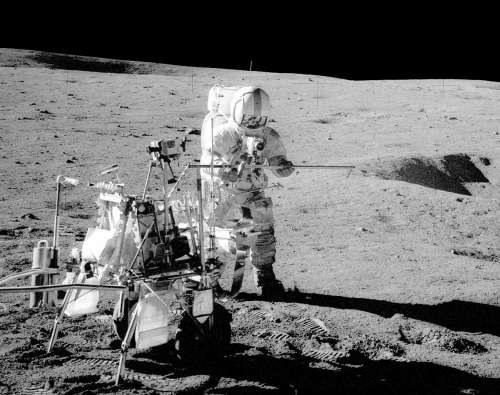 Alan Shepard pracujący na powierzchni Księżyca, po lewej dwukołowy wózek na próbki i narzędzia (misja Apollo 14) /NASA