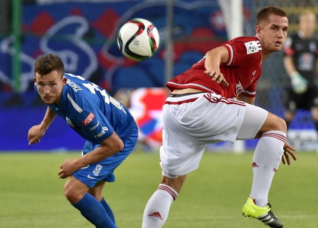 Alan Uryga (z prawej) w meczu z Lechem Poznań /Jacek Bednarczyk /PAP