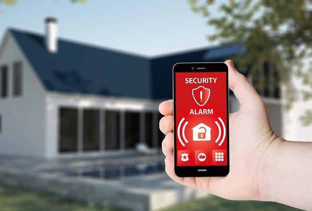 Alarm domowy sprawdzi się zwłaszcza, gdy nasz dom stoi na uboczu /©123RF/PICSEL
