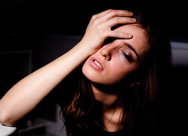Alarmujące są kłopoty ze snem, częste wybudzanie się o świcie lub wydłużające się drzemki /123RF/PICSEL