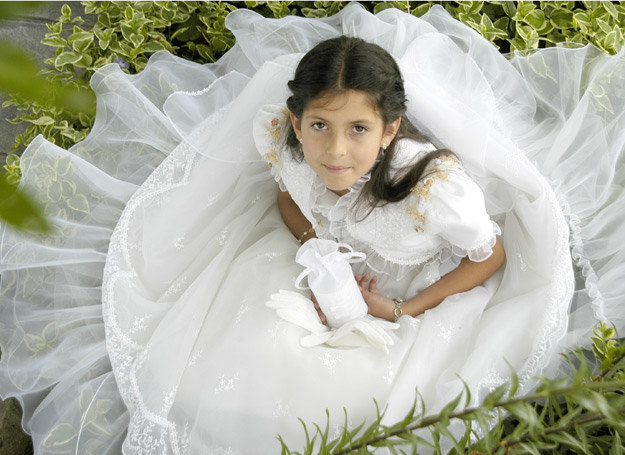 3c1d20e510 Alba czy tradycyjna suknia komunijna  W co ubrać dziecko do Pierwszej  Komunii   123RF