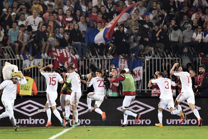 Albańscy piłkarze uciekają z boiska /AFP