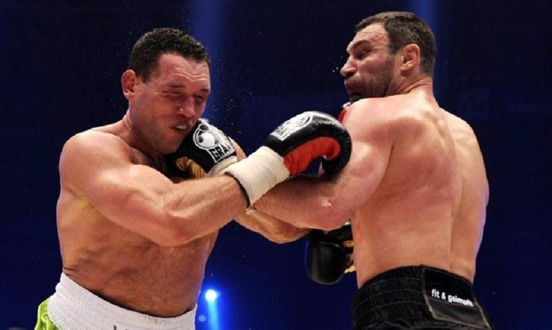 Albert Sosnowski (z lewej) w walce z Witalijem Kliczką w 2010 roku /AFP