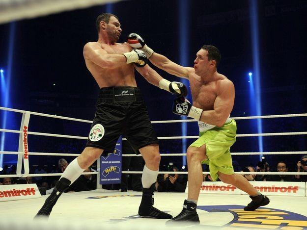 Albert Sosnowski (z prawej) w pamiętnym pojedynku z Witalijem Kliczką /AFP