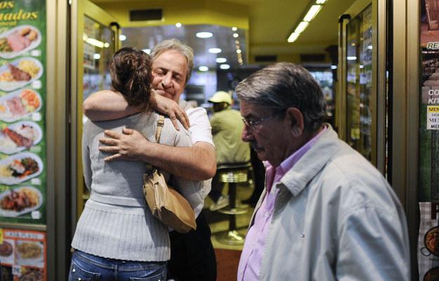 Alberto Cassilas z kobietą, która pzyszła mu podziękować, 27 września 2012 /AFP