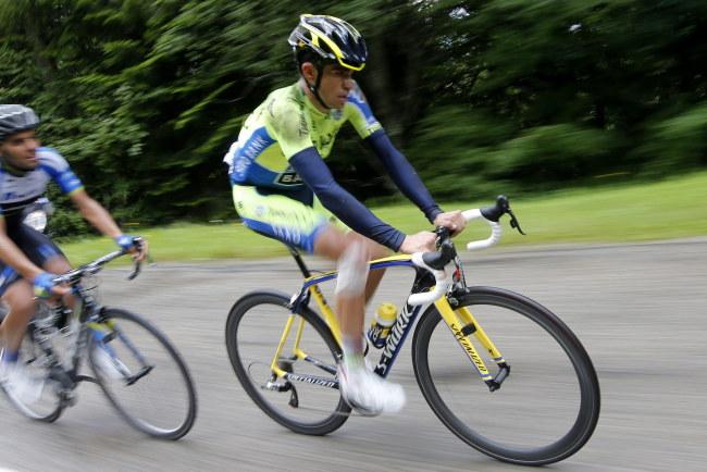 Alberto Contador po wypadku próbował jeszcze jechać przez 20 kilometrów /PAP/EPA