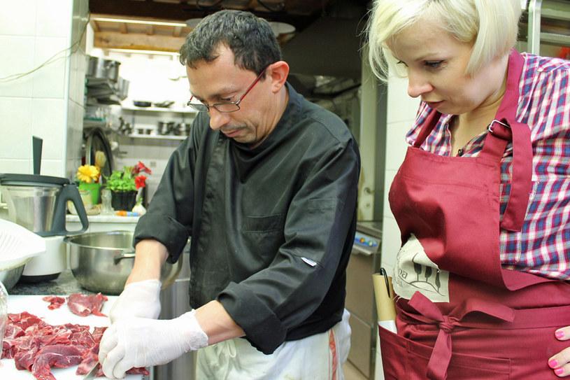 Alberto, jeden z naszych nauczycieli, uczy mnie, jak odpowiednio przygotować mięso do gotowania /Styl.pl