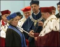 Albright przyjmuje tytuł z rąk rektora Marcina Plińskiego /poboczem.pl