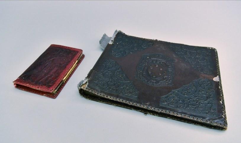 Albumy ze Zbiorów Muzeum Auschwitz. Obie okładki wykonane są w bardzo podobnej technologii (fot. Marek Lach) /Muzeum Auschwitz /