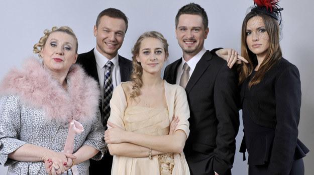 """Aldona Jankowska (z lewej) gra najbarwniejszą postać w serialu """"Julia"""". /TVN /materiały prasowe"""