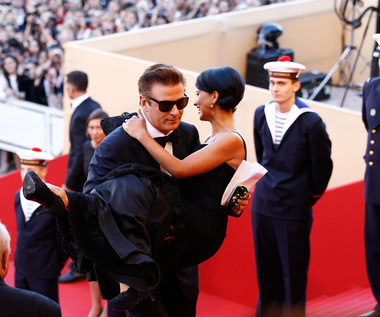 Alec Baldwin: Nabawił się kontuzji biodra, bo nosił na rękach żonę
