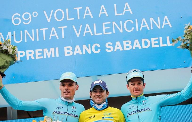 Alejandro Valverde (w środku) triumfuje na podium wyścigu Dookoła Walencji /PAP/EPA